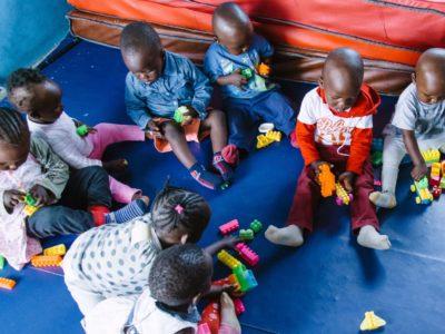 In drei städtischen Slums integriert SHOFCO erfolgreich frühkindliche Entwicklungserziehung und Ernährungsbedürfnisse von Kindern unter fünf Jahren